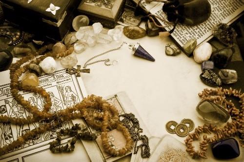 乱雑に置かれた占い師の道具